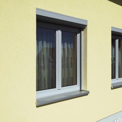 Ein Haus ausgestattet mit zwei neuen Fenstern von W&H